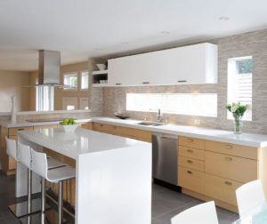 white_oak_kitchen_cabinets_with_gloss_white_accents
